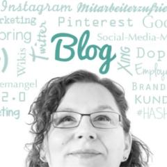 Iris Brucker unter einer Wortwolke mit Themen ihres Blogs